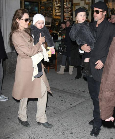 Angelina Jolie e Brad Pitt com os gémeos