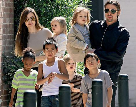 Angelina Jolie e Brad Pitt com os filhos