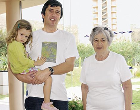 António José Pinto de Sousa, com a filha, Constança, e a mãe, Maria Adelaide Monteiro, na ilha de Porto Santo, em 2006