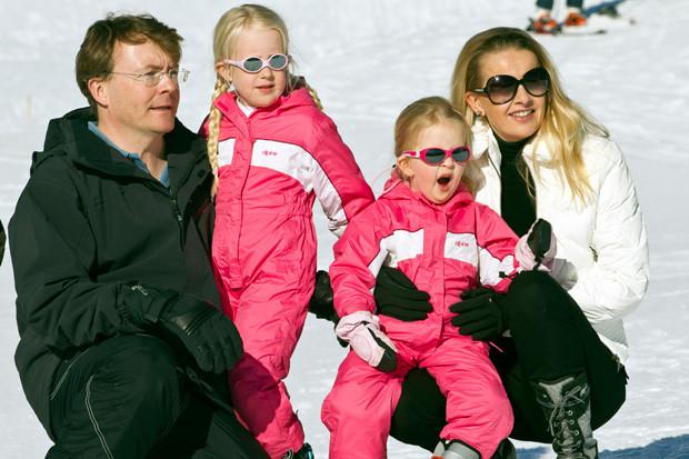 Johan Friso da Holanda com as filhas, Luana e Zaira, e a mulher, Mabel Wisse.jpg