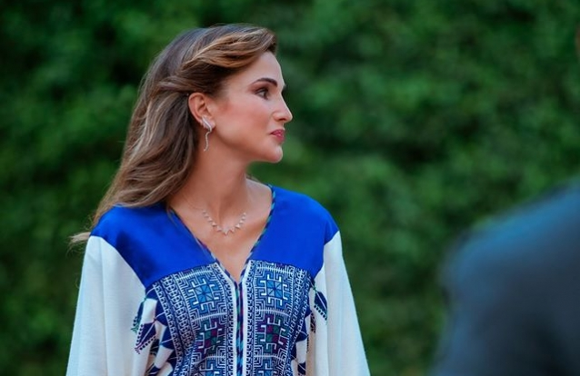 Rania da Jordânia brilha com vestido  kaftan no dia da independência