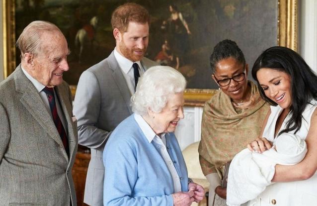 Com quem Archie é mais parecido? Isabel II não tem dúvidas